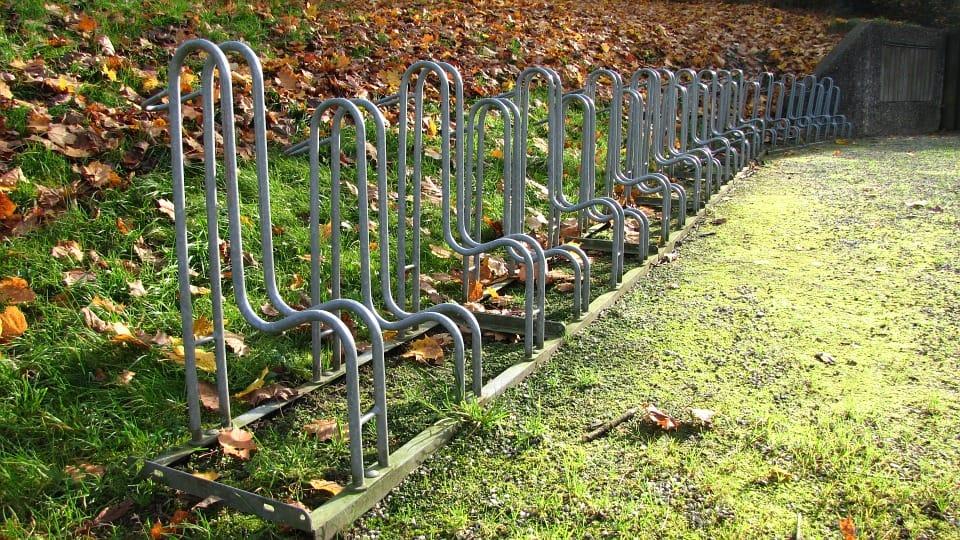 Fahrradständer im Grünen