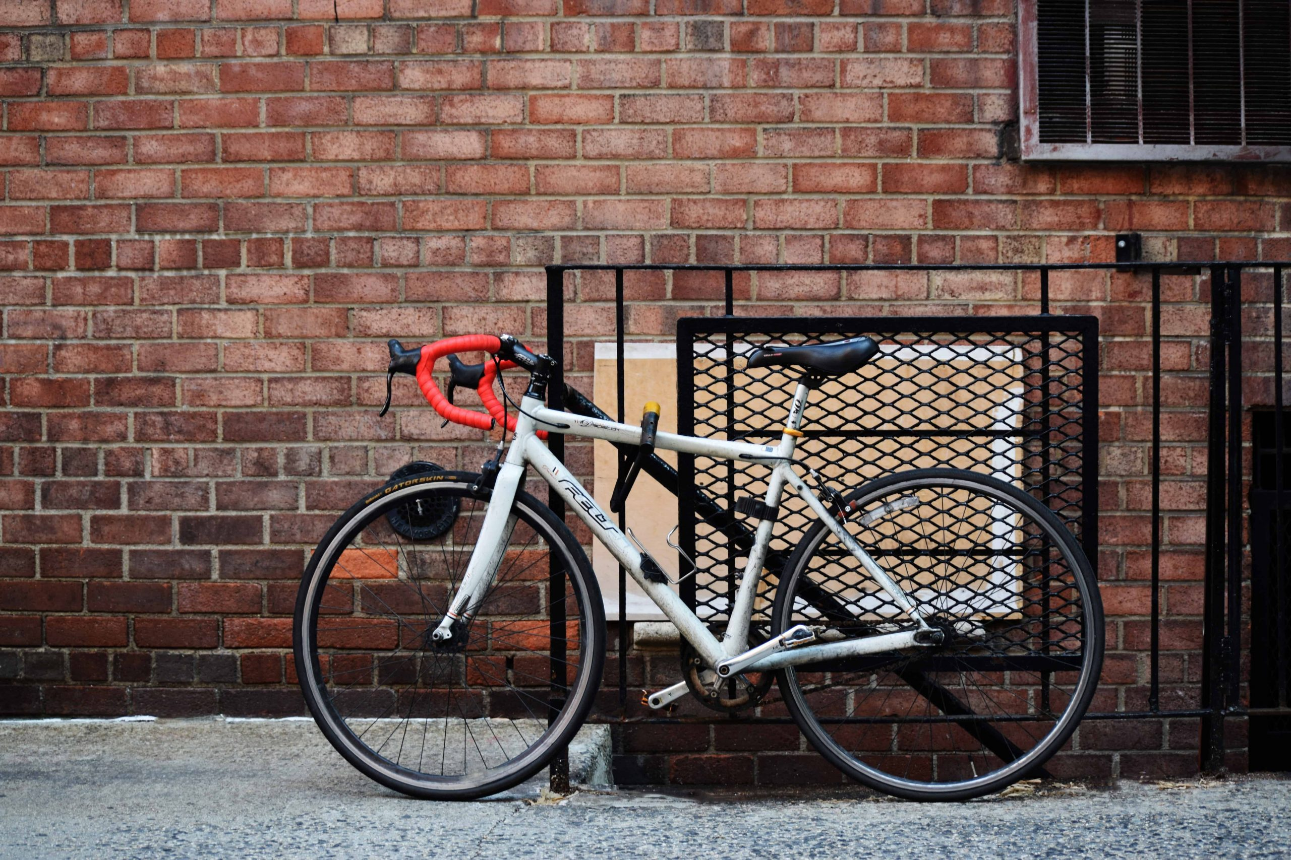 Rennrad mit Bügelschloss angekettet