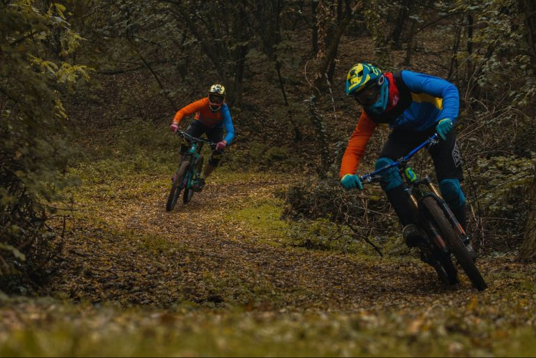 Zwei Rennfahrer im Wald