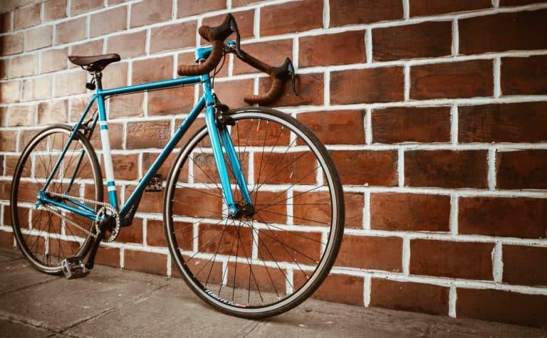 Rennrad an einer Ziegelwand
