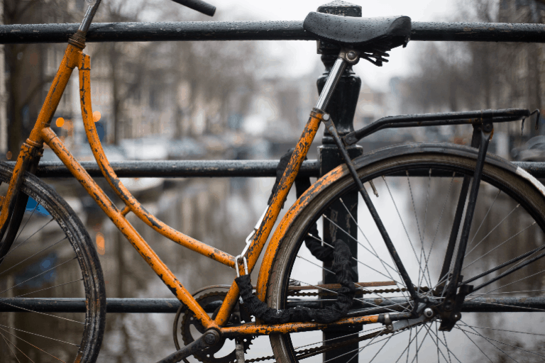 Ein rostiges Fahrrad auf einer Brücke