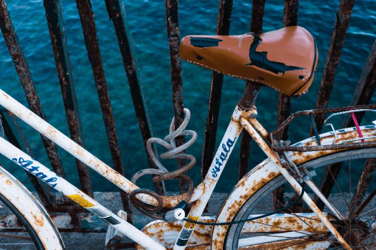 Ein stark verrostetes Fahrrad
