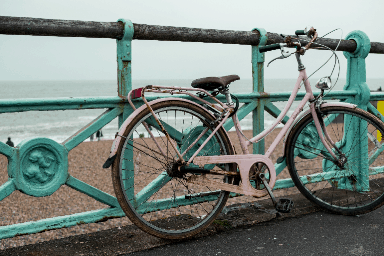 Ein rosa Fahrrad an einem Strand